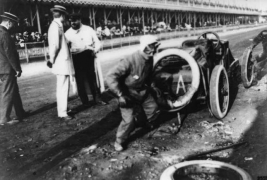 1906_French_Grand_Prix_Szisz_changing_a_wheel